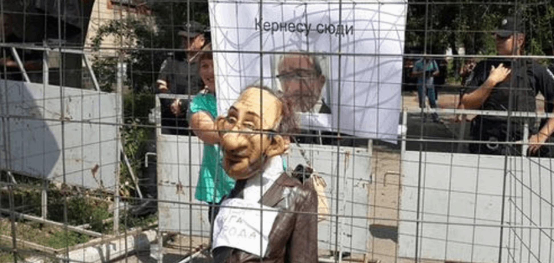 Скандальний суд: у Полтаві опудало Кернеса посадили в клітку - фотофакт