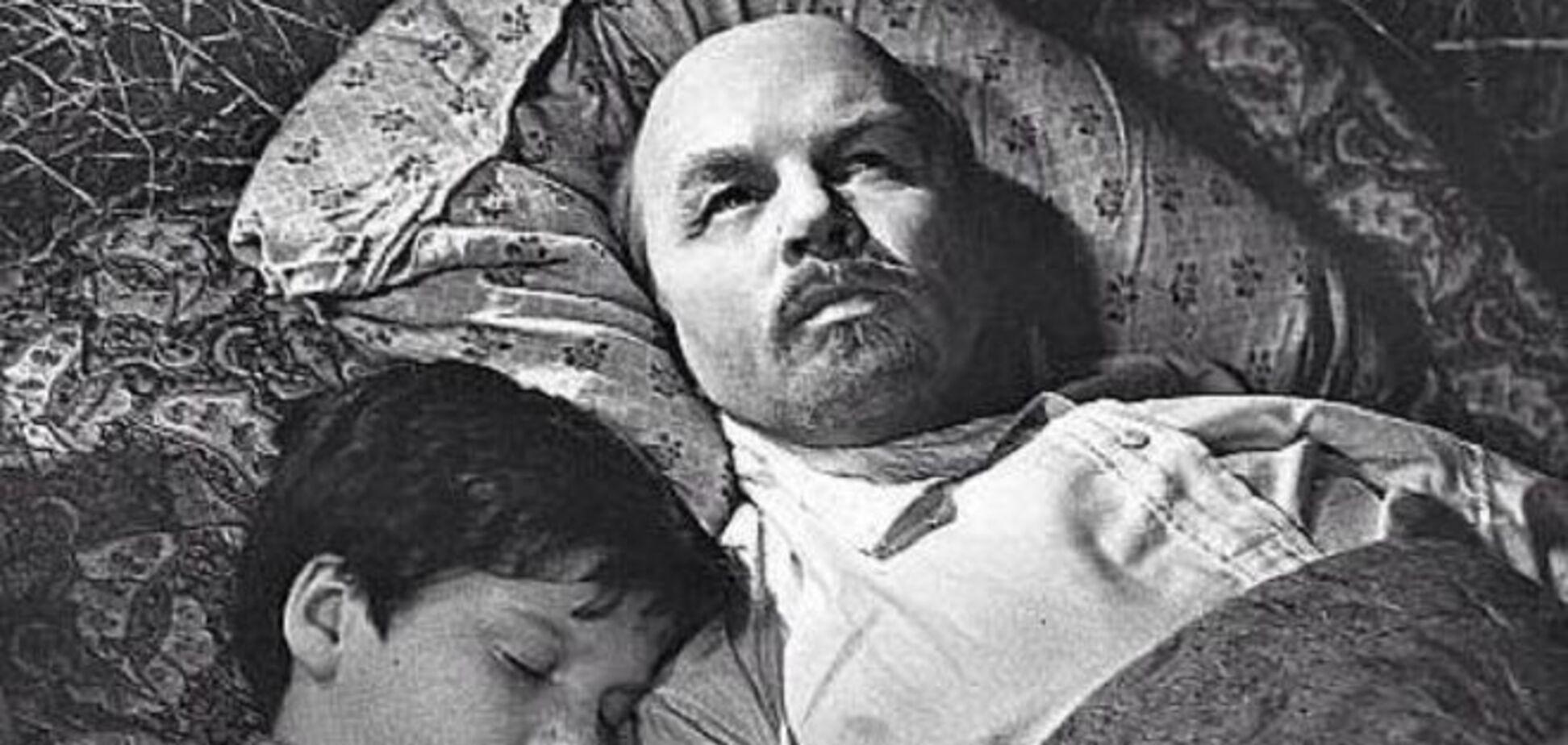 Пионер всегда готов: Чуркину припомнили постельную сцену с Лениным. Фотофакт