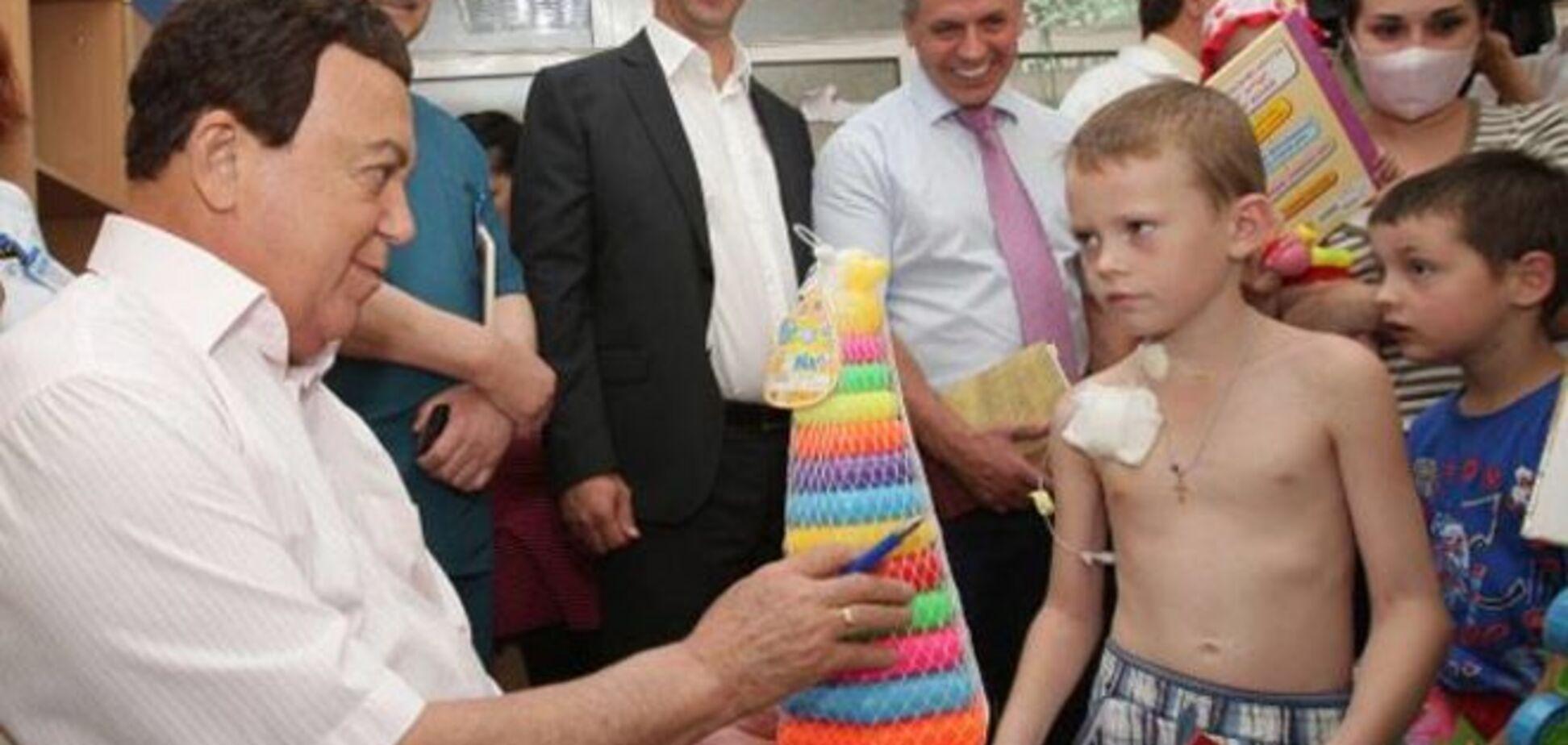 В Крыму ребенок взглядом оценил неуместный подарок жадного Кобзона: фотофакт