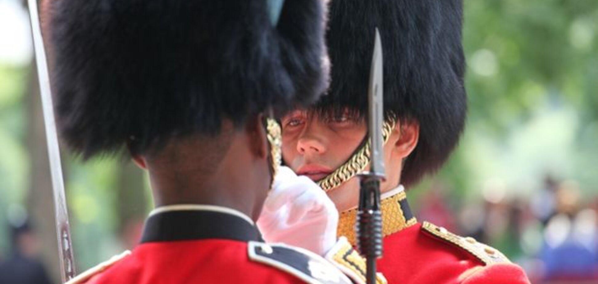 В Британии гвардеец круто прогнал наглого туриста: видеофакт