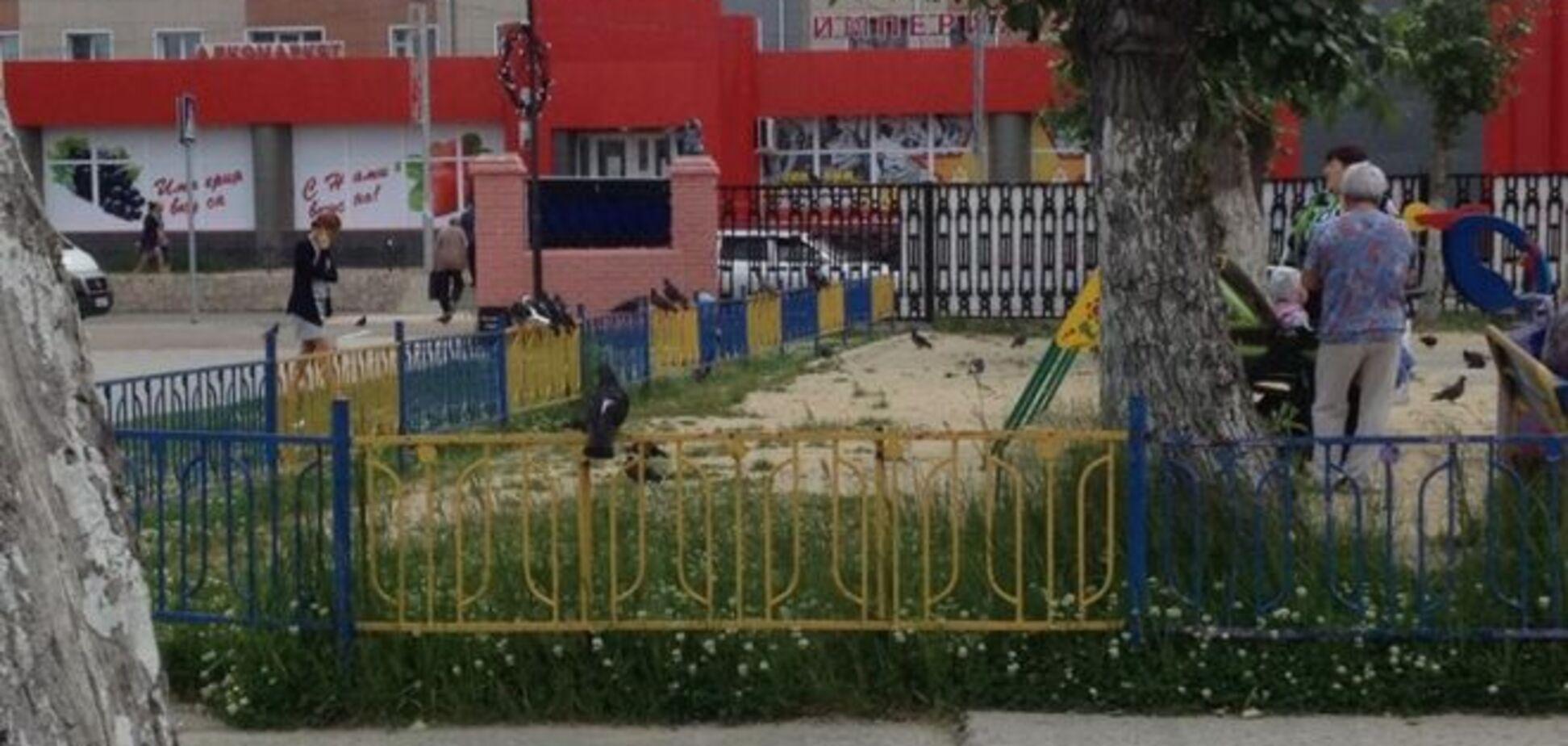 Росіян розлютив синьо-жовтий паркан навколо дитячого майданчика: документ