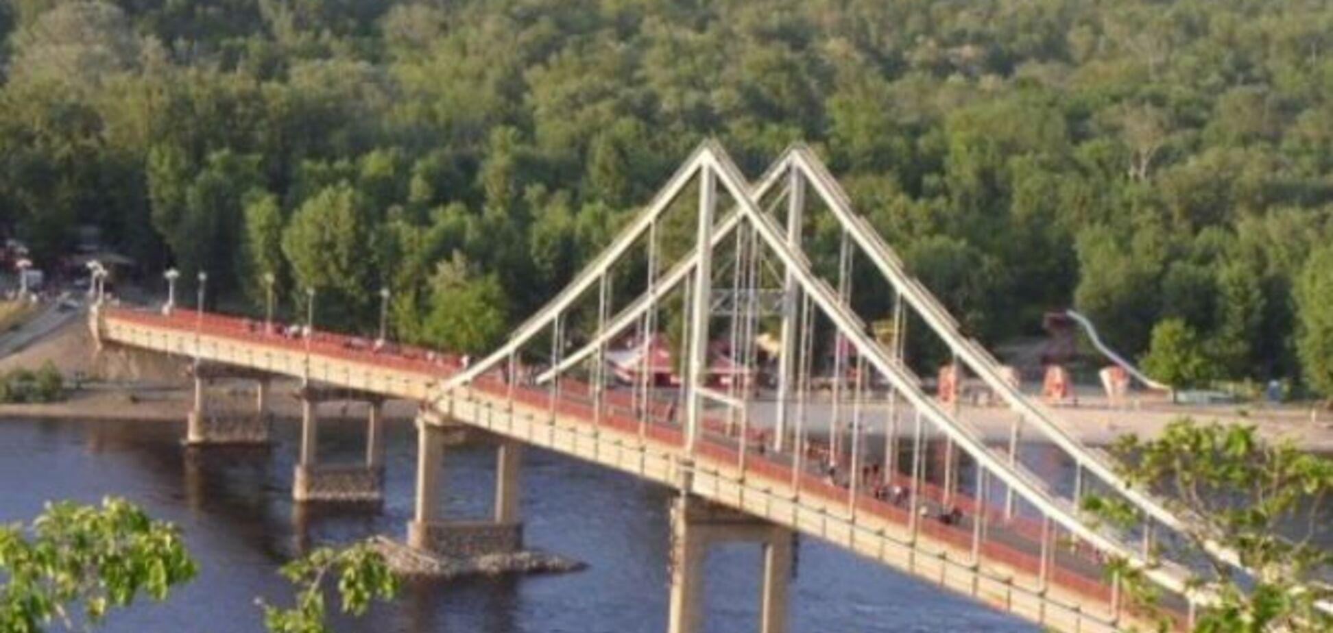 В Киеве с пешеходного моста упал мужчина