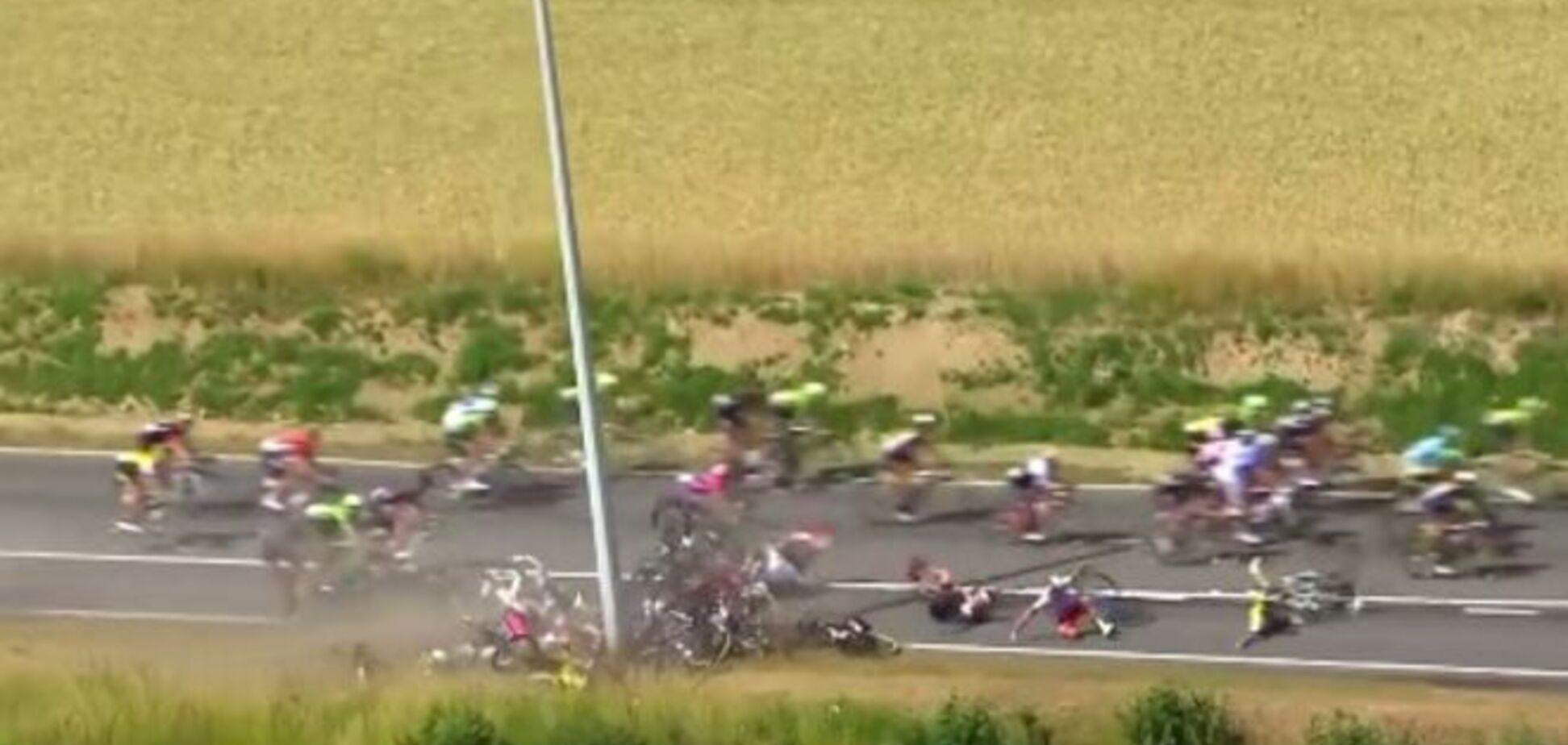 На Тур де Франс произошел массовый завал: жуткое видео