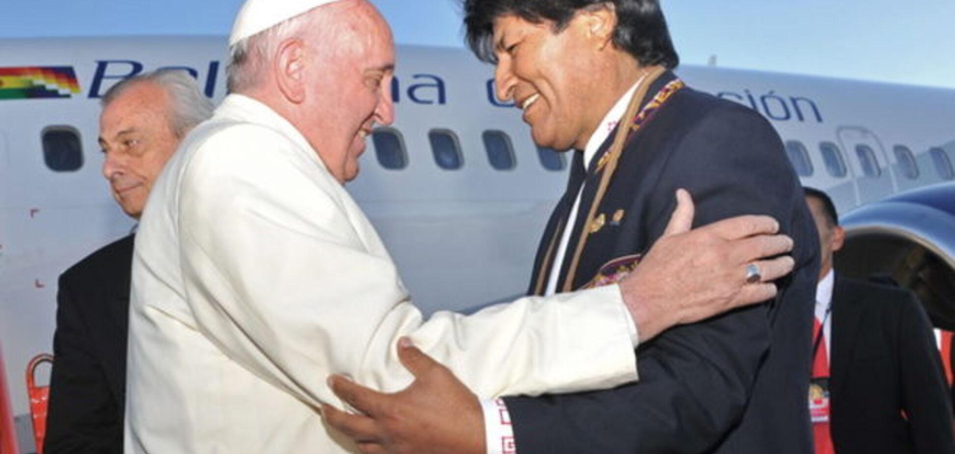 Папа Франциск говорил в Боливии об опасностях капитализма и пил чай из коки