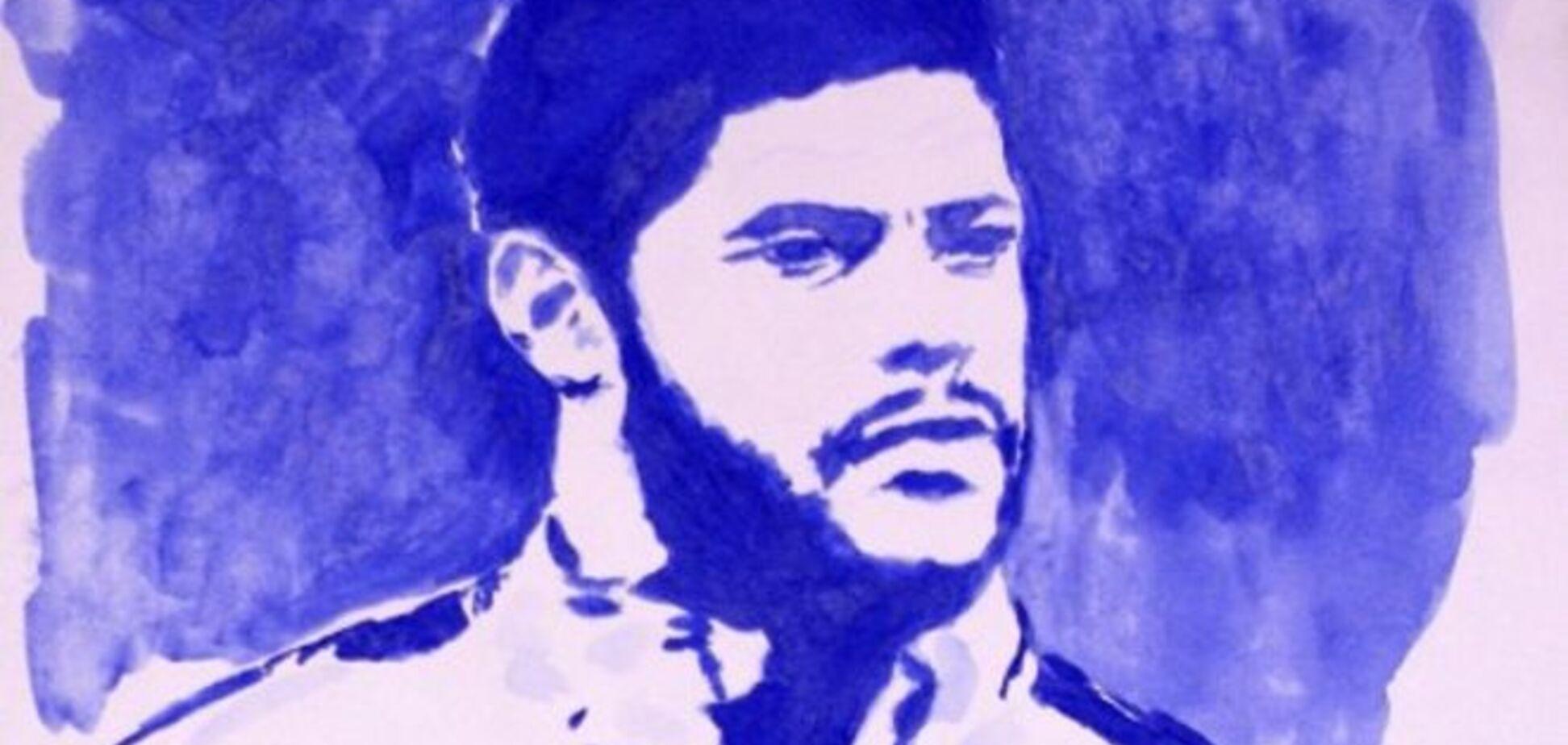 Російська художниця голими грудьми намалювала портрет знаменитого футболіста