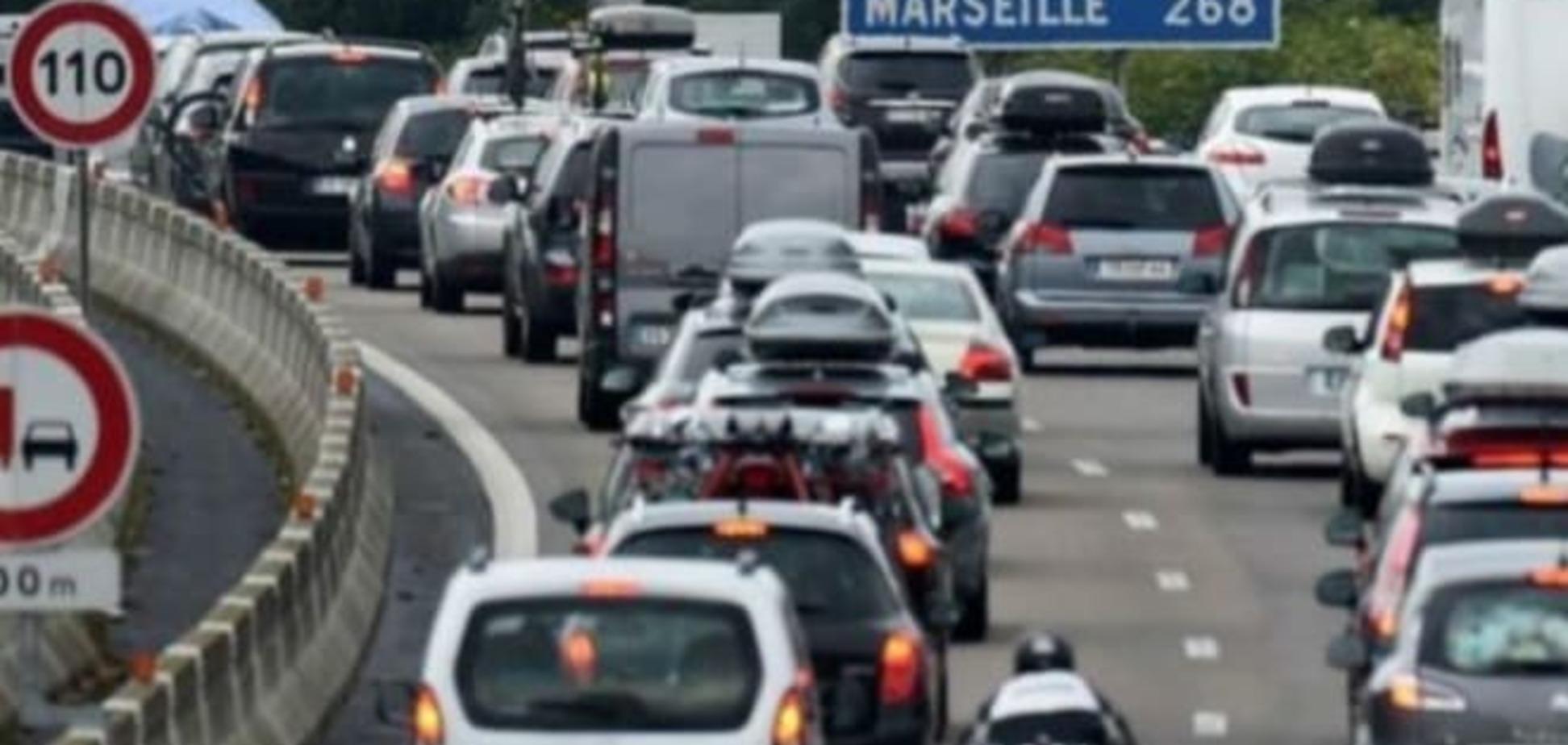 Во Франции родители забыли трехлетнюю дочь на автомагистрали