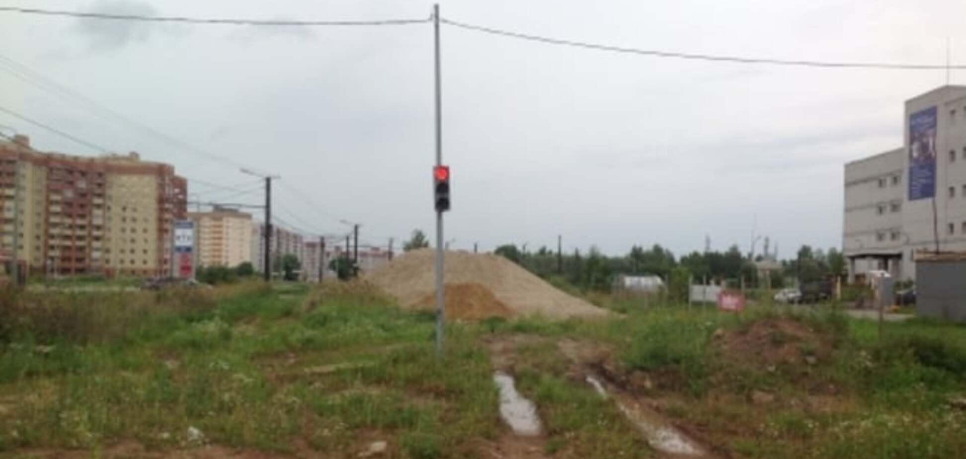 В российском городе установили светофор за 2 млн рублей на пустыре: фотофакт