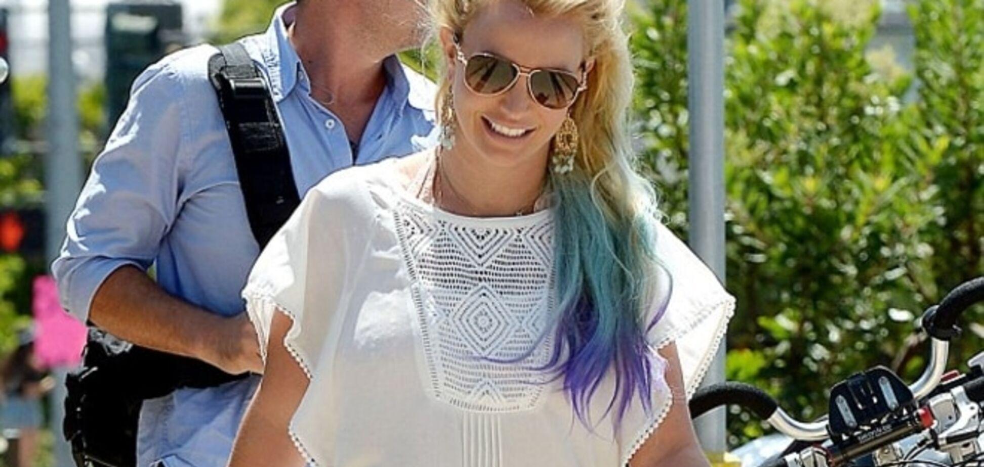 Бритни Спирс поразила радужными волосами и толстыми ляжками