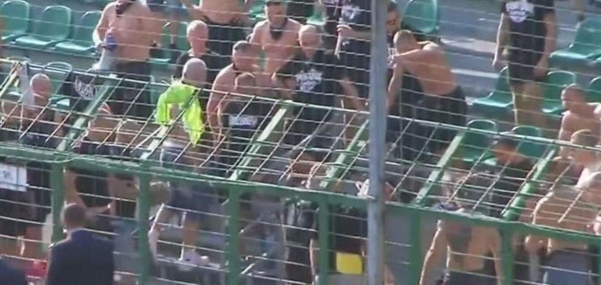 Попал не на ту трибуну: болельщику пришлось уходить голышом со стадиона