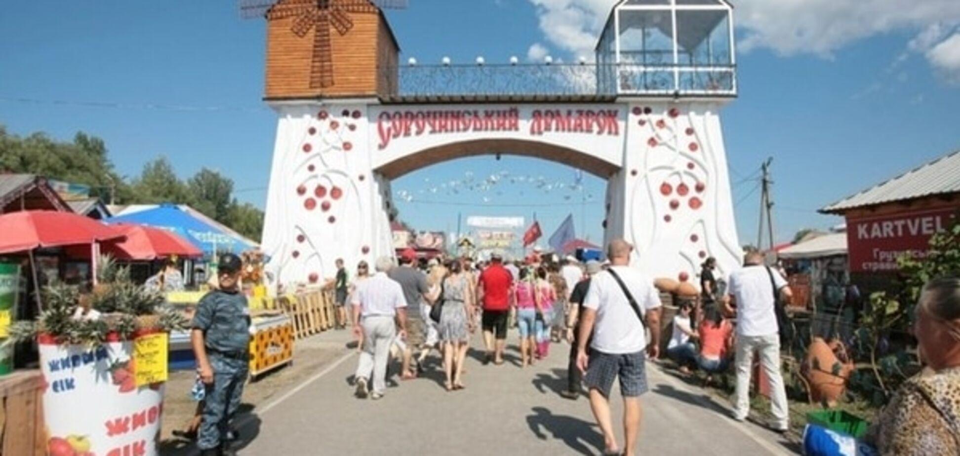 На Сорочинской ярмарке задержали жителей Луганщины с арсеналом холодного оружия