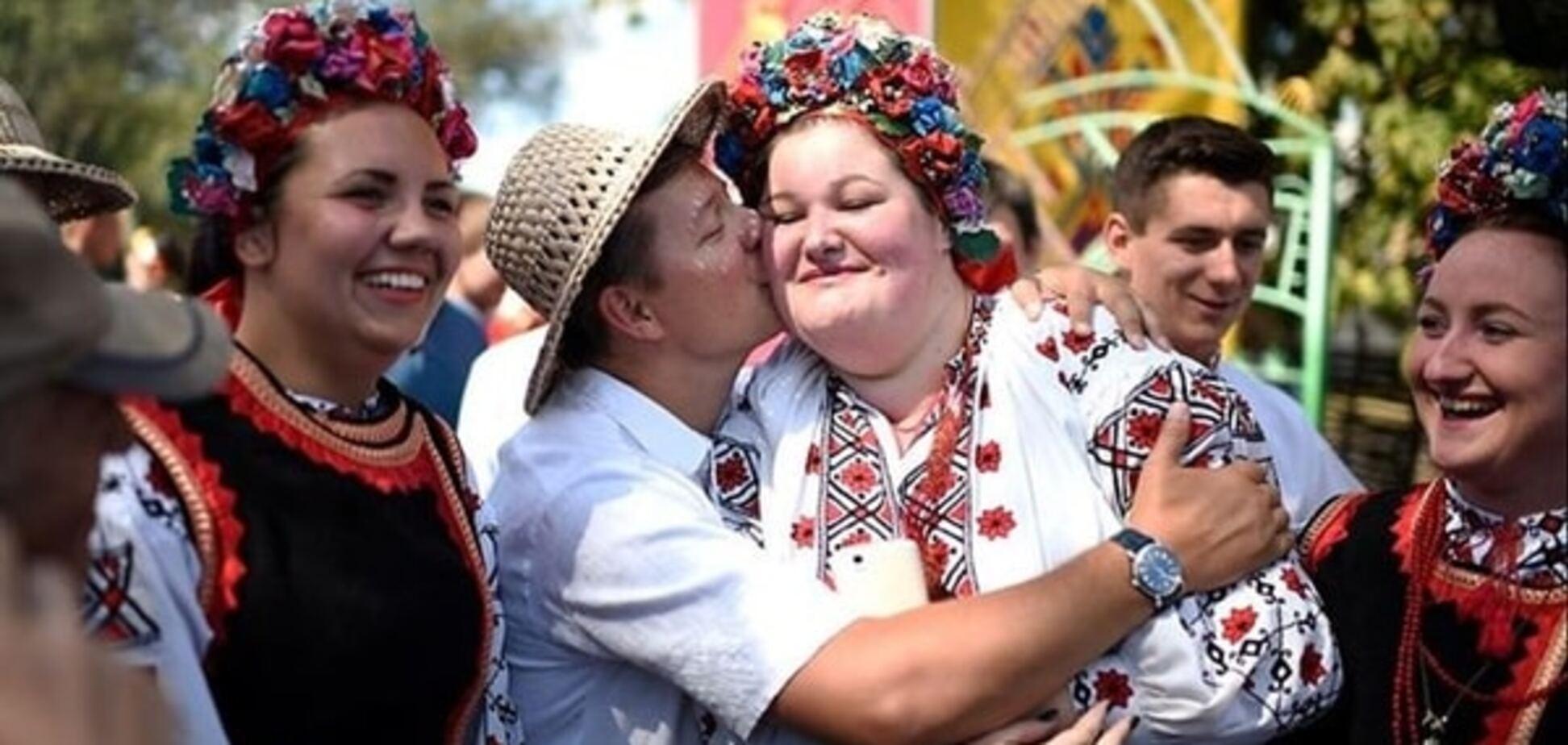 Ляшко похвастался поцелуем с полтавчанкой на Сорочинской ярмарке: фотофакт