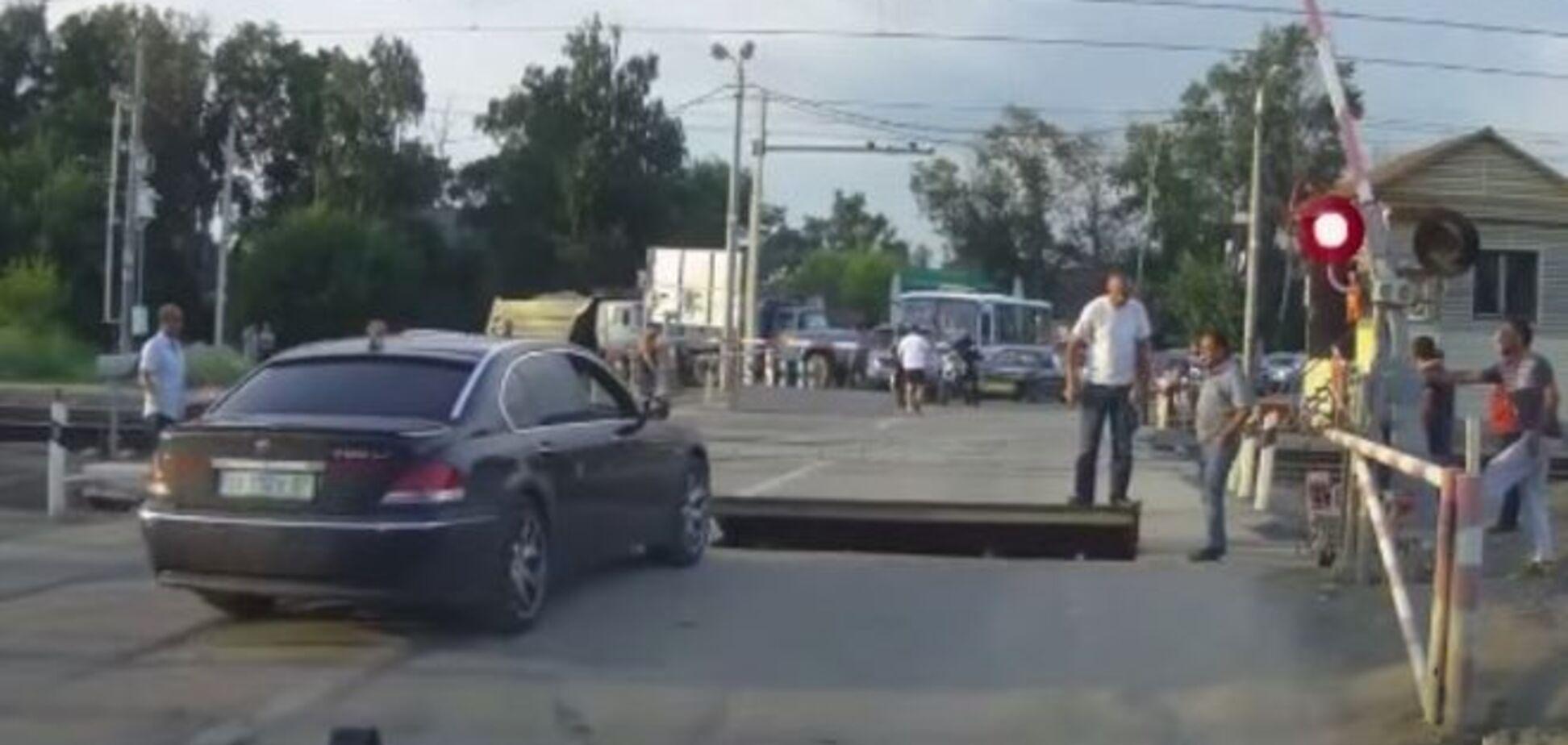 Тупість російських водіїв на ж / д переїзді вражає: повчальне відео