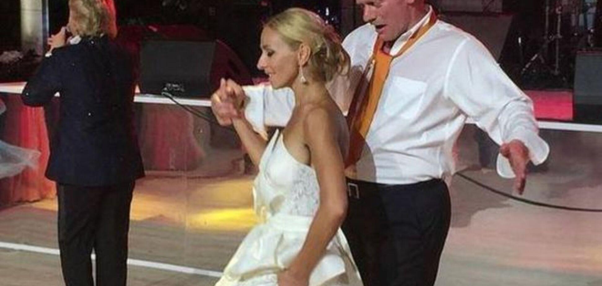 Красные носки и вьетнамки. Песков и Навка задали новый тренд в свадебной моде: фотофакт