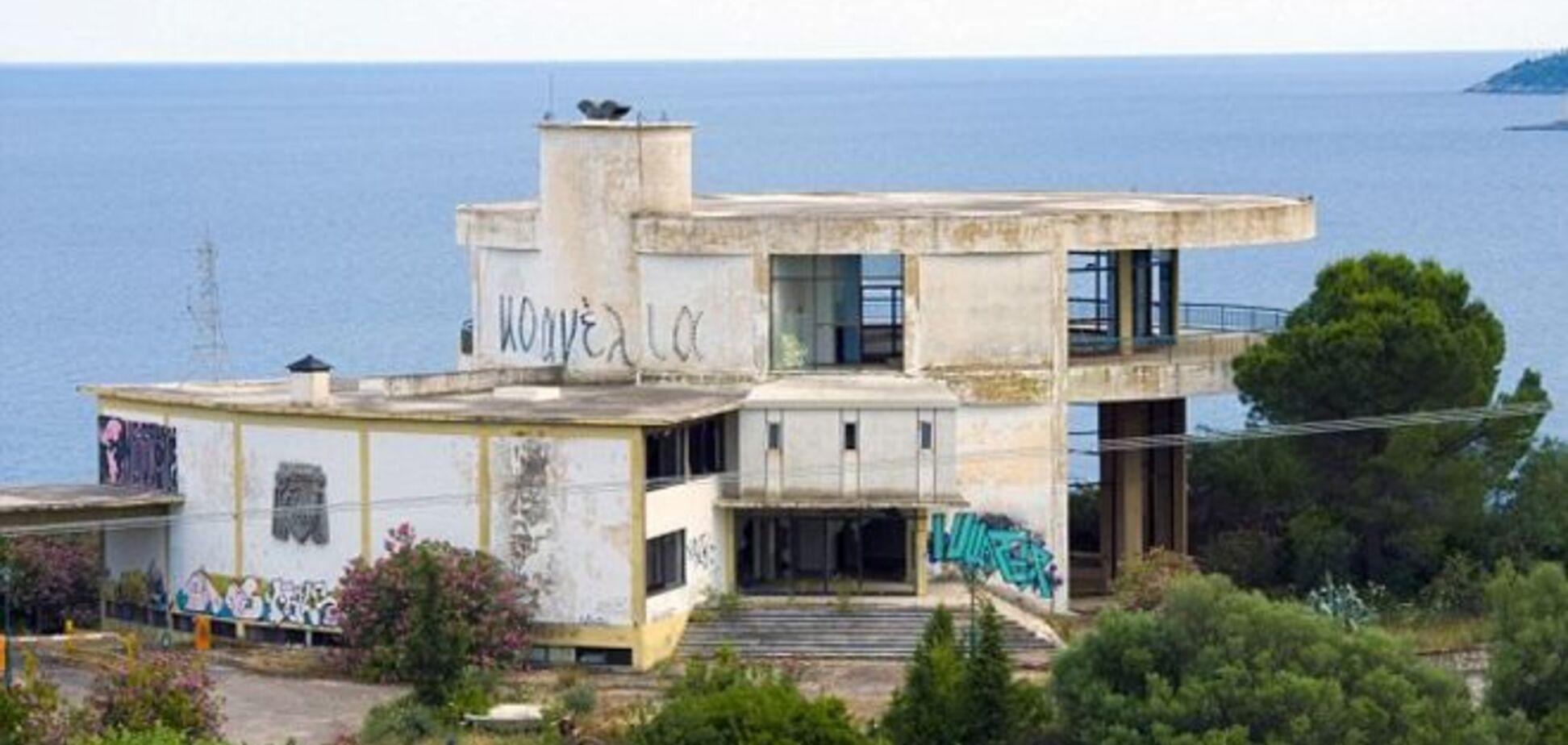 На що криза перетворила розкішний курорт Греції, де відпочивала Джолі