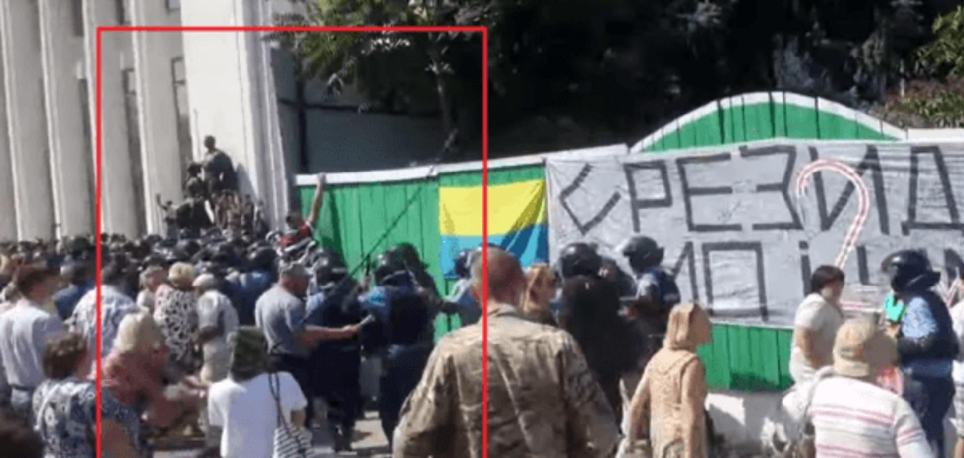 Подруга 'невиноватого' Тягнибока Фарион избивала палкой силовиков возле Рады: видеофакт