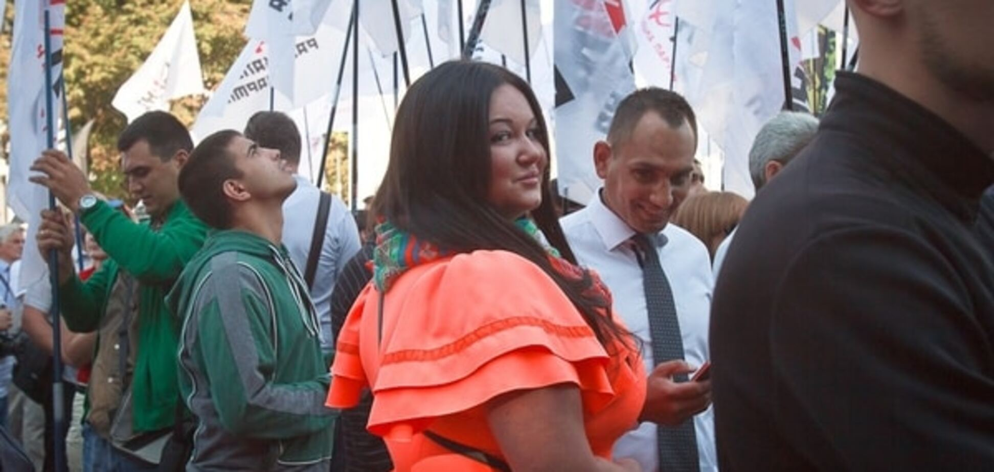 Помощница депутата, взорвавшая соцсети пышным бюстом, пришла на митинг под Радой в модном образе