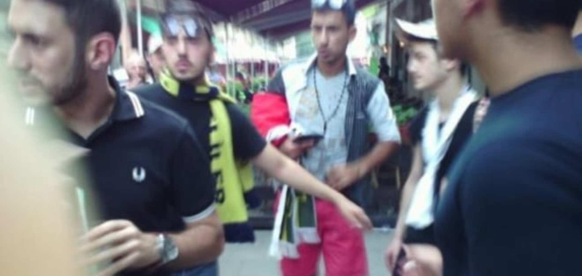 Агресивні фани 'Фенербахче' влаштували бешкет в центрі Львова: фото свавілля