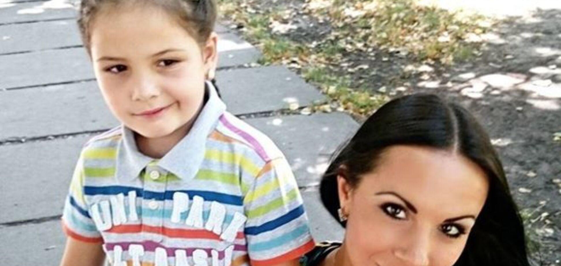 Красотка-коп в коротких шортиках показала трогательные фото с дочкой