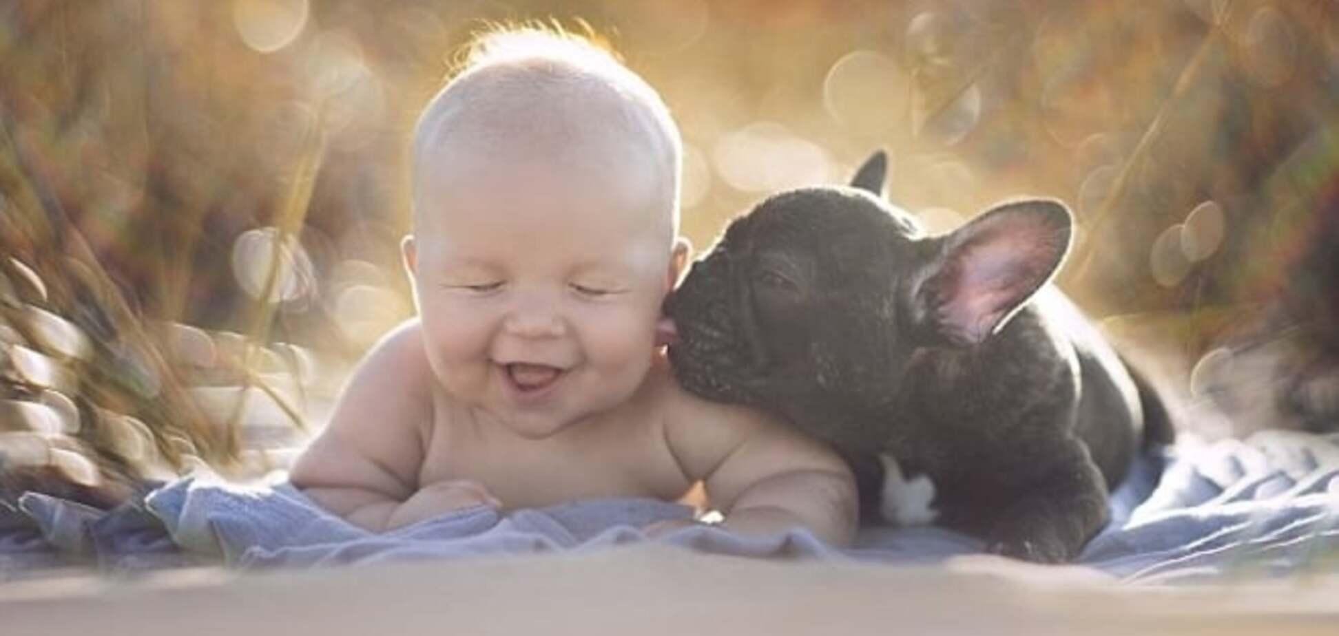 Потрясающая дружба 6-месячных младенца и бульдога: вместе купаются, кушают и спят