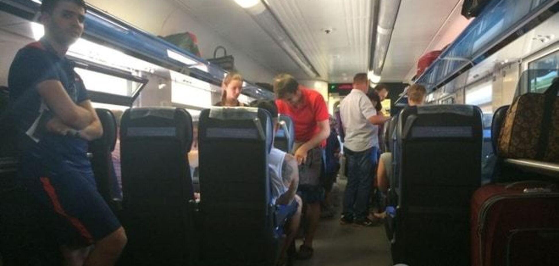 В поезде 'Дарница-Одесса' произошла драка из-за пары влюбленных неформалов