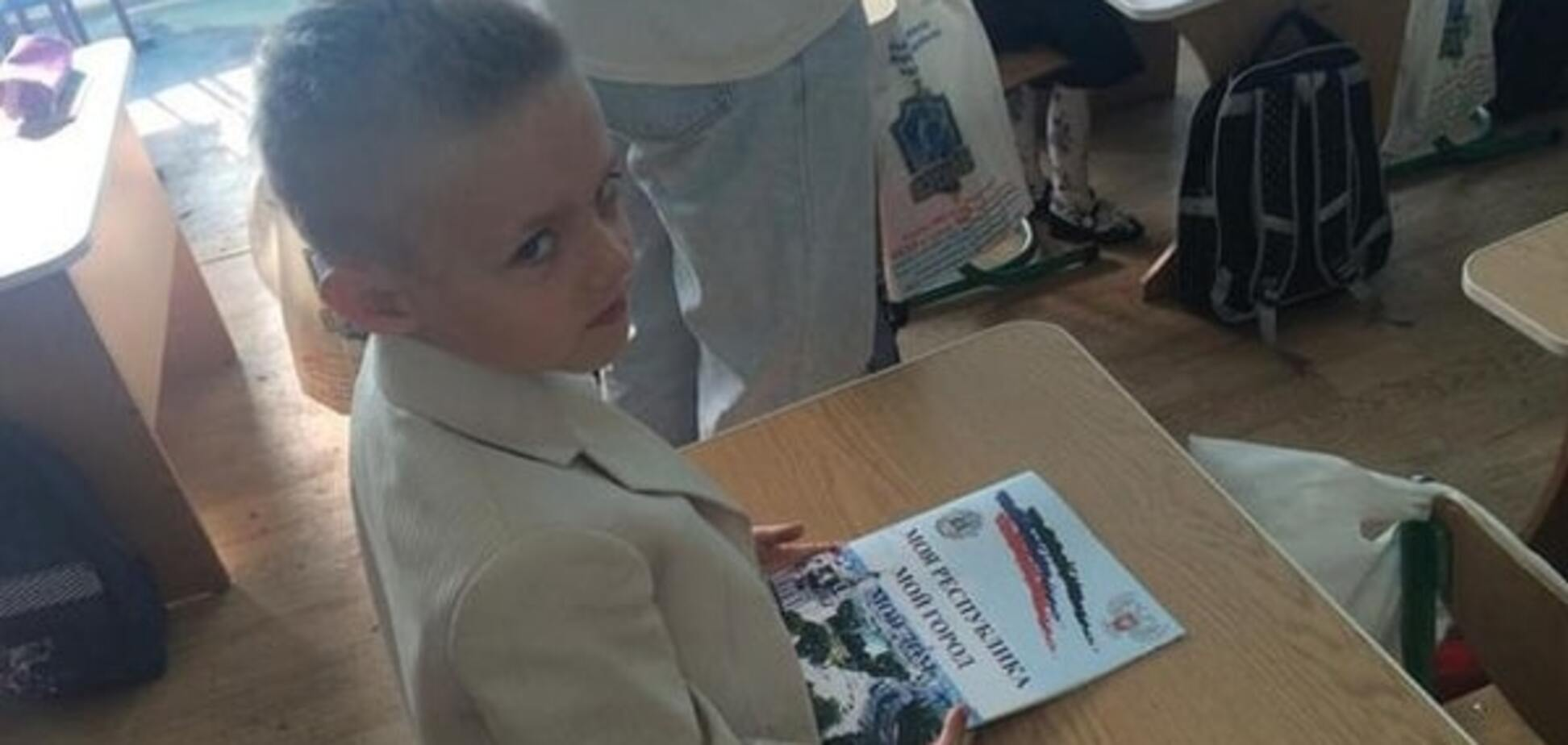 Донецким школьникам ко Дню знаний вручили 'гимн ДНР'. Фотофакт