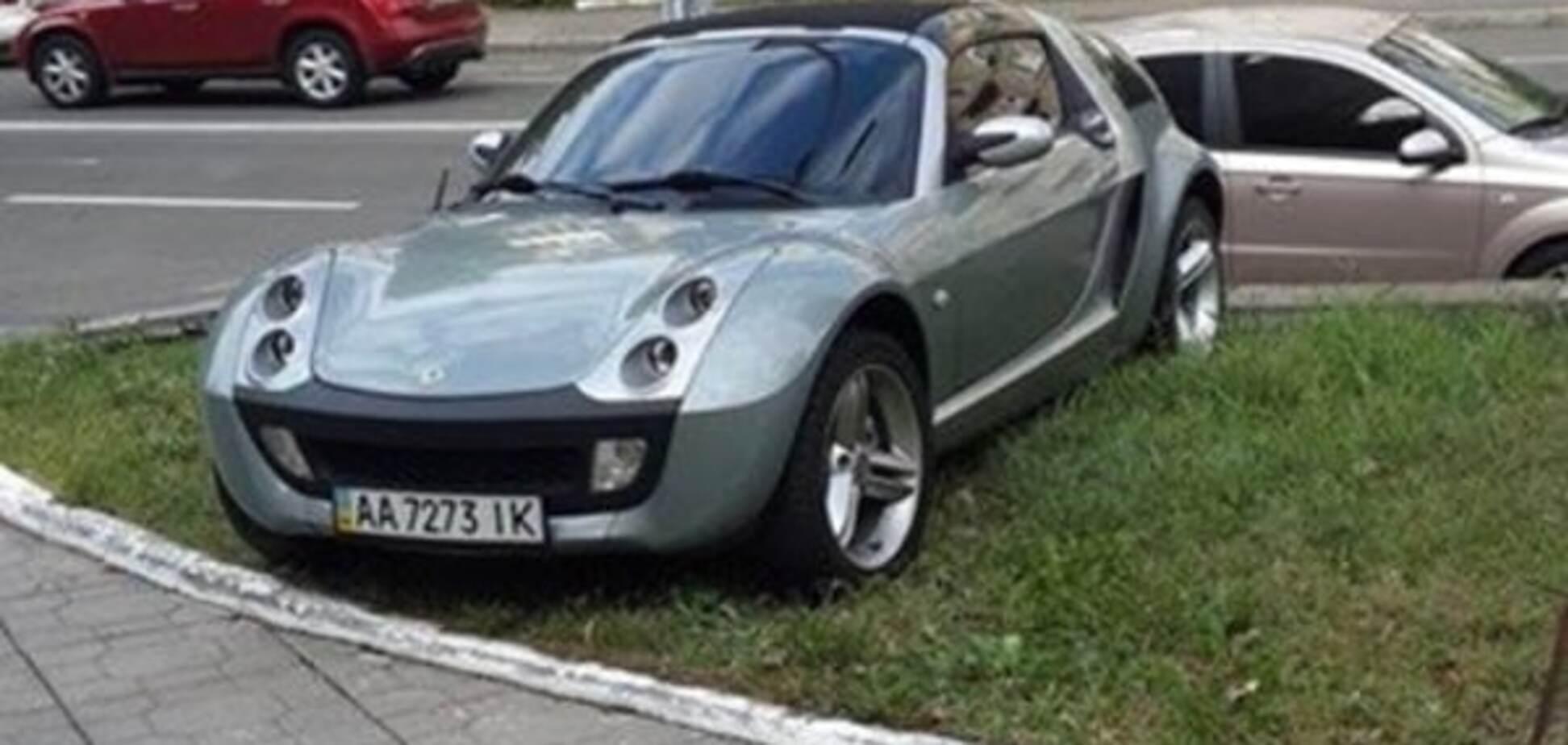 'Герой парковки' растоптал траву на Smart: фото нарушителя