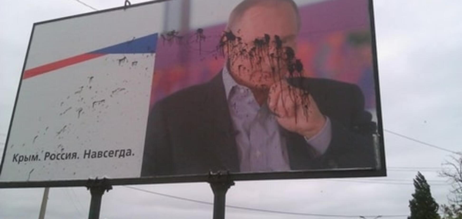 Впал в немилость. В Керчи портрет Путина опять облили краской: фотофакт