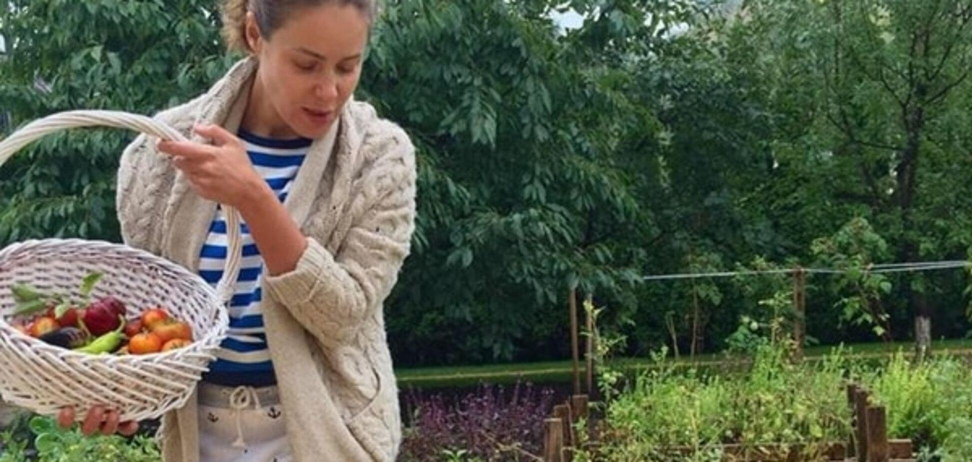 Королевская копается в огороде в сапогах за 3 тыс. гривен: фотофакт