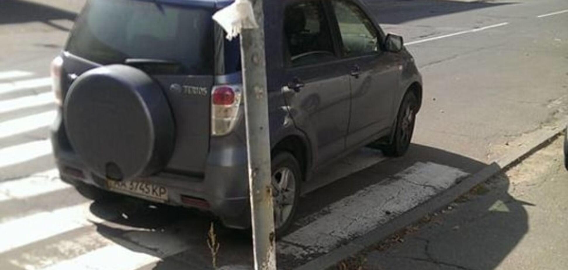 В Киеве автохамы поиздевались над пешеходами: фото нарушителей
