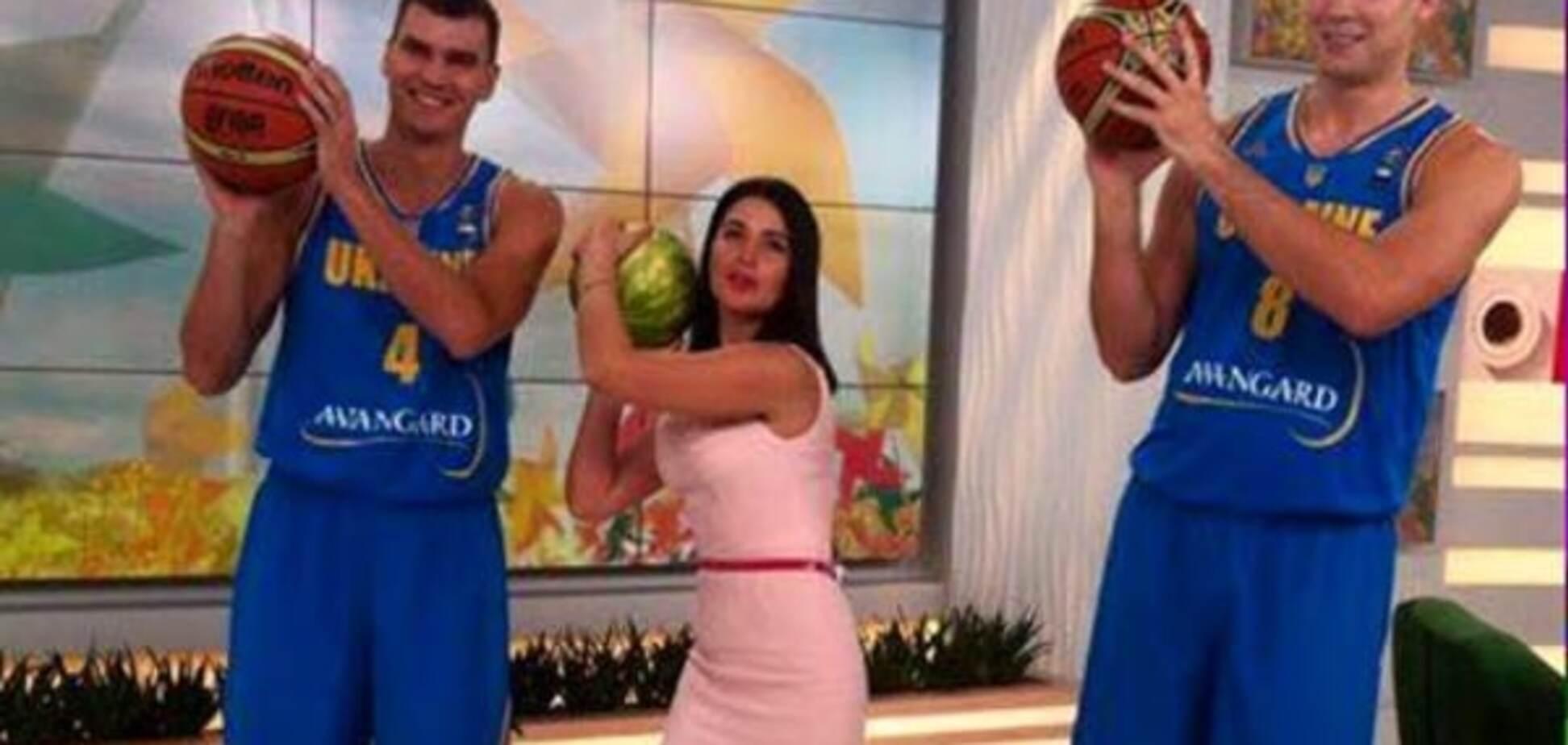 Капитан украинской сборной по баскетболу получил от ведущей '1+1' арбуз