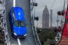 Jaguar F-Pace сделал 'мертвую петлю': видео ошеломительного трюка