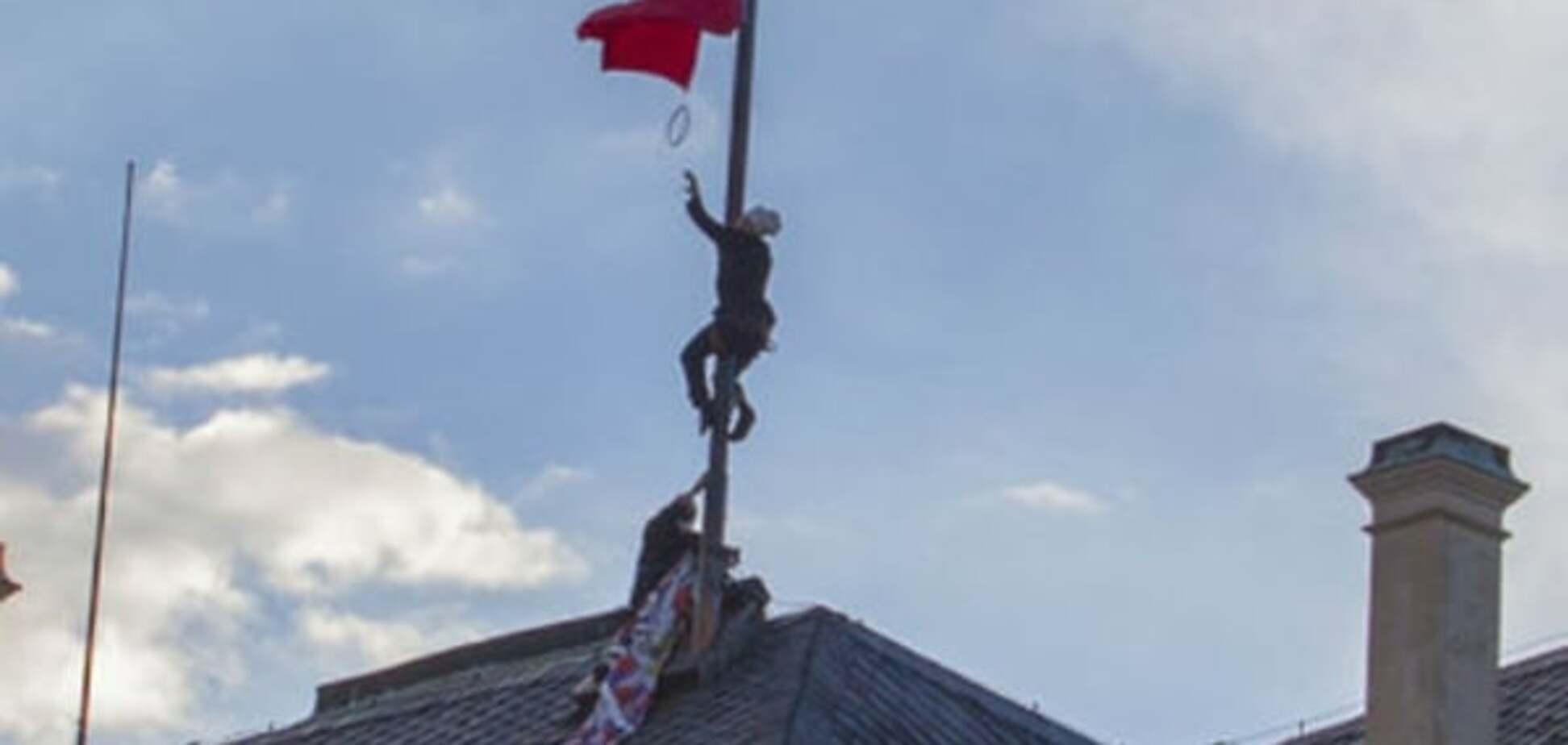 Президенту-другу Путина повесили на флагшток огромные красные 'труселя': фото и видеофакт