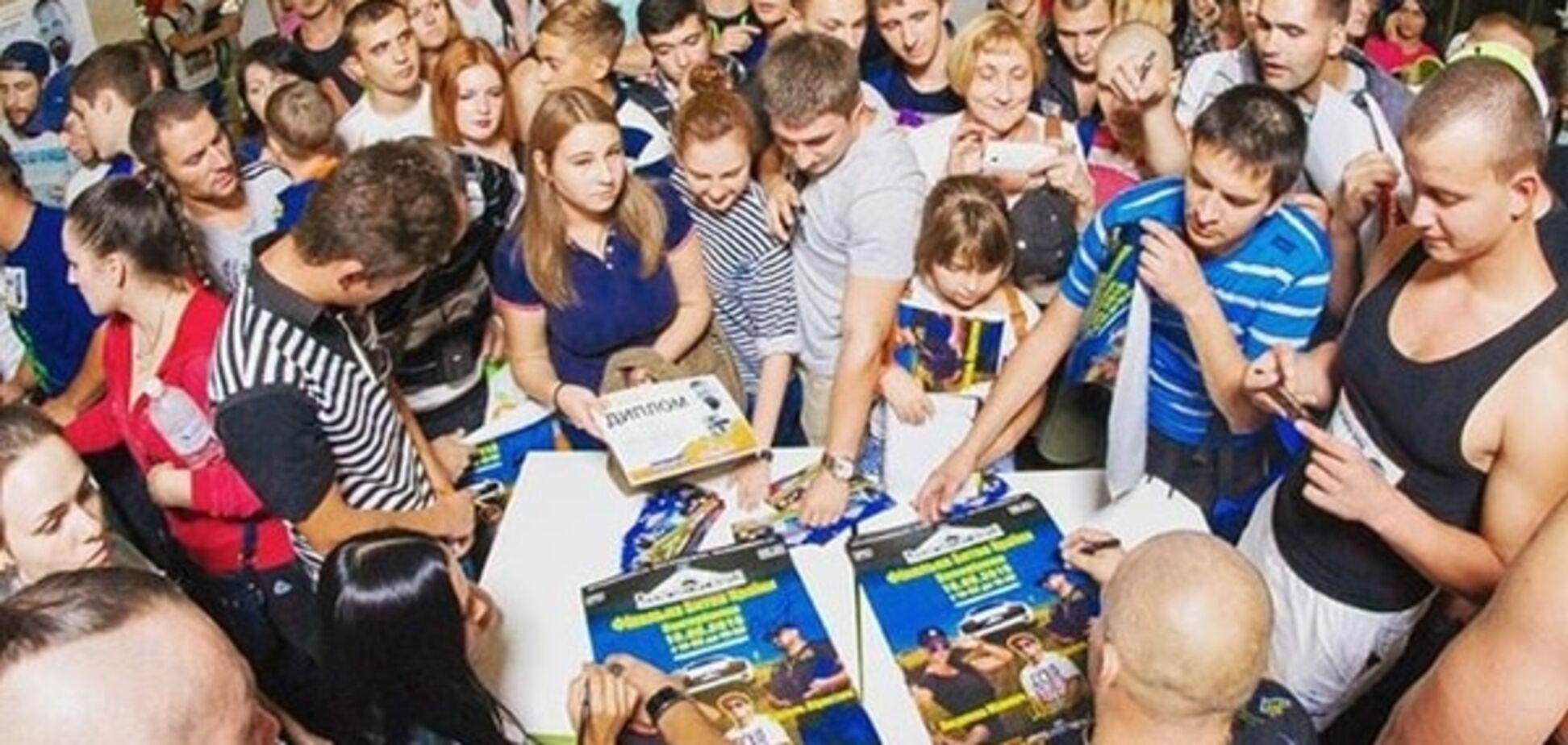 За автографом к красавице-копу Милевич выстроилась очередь: фотофакт