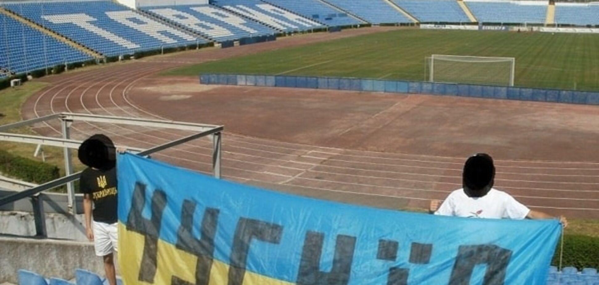 Крим - Україна! Фани на стадіоні в Сімферополі вивісили український прапор