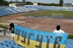 Крым - Украина! Фаны на стадионе в Симферополе вывесили украинский флаг
