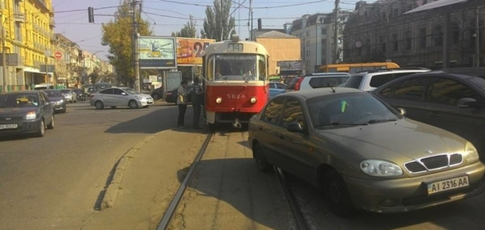 В Киеве провинциал заблокировал движение трамваев: фото нарушителя