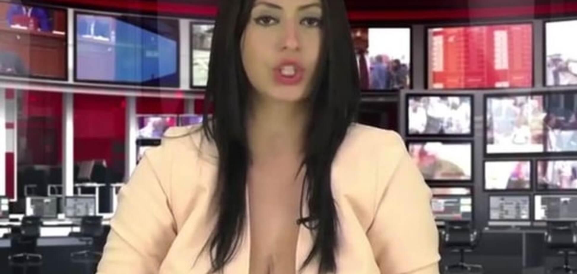 Девушка получила работу на ТВ благодаря пышной груди в расстегнутой блузке