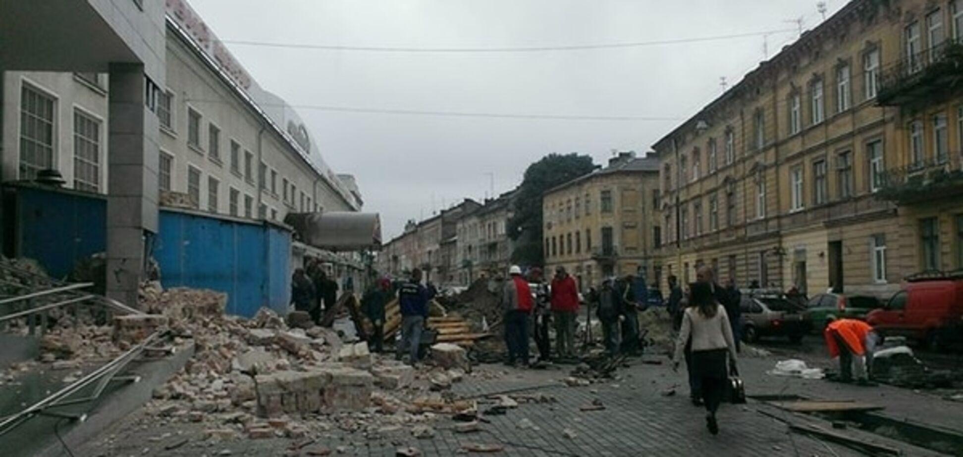 Чудом не задело: после открытия ТЦ во Львове рухнула соседняя стена. Фотофакт