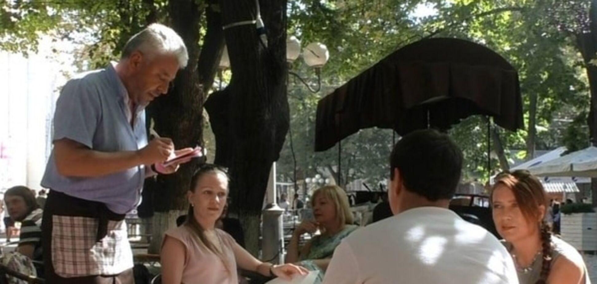 Нардеп от 'Свободы' стал официантом в кафе: фотофакт
