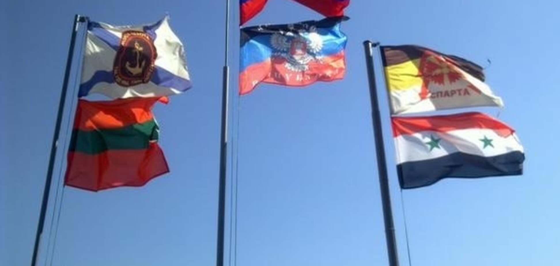 У центрі Донецька терористи підняли прапор Сирії: фотофакт