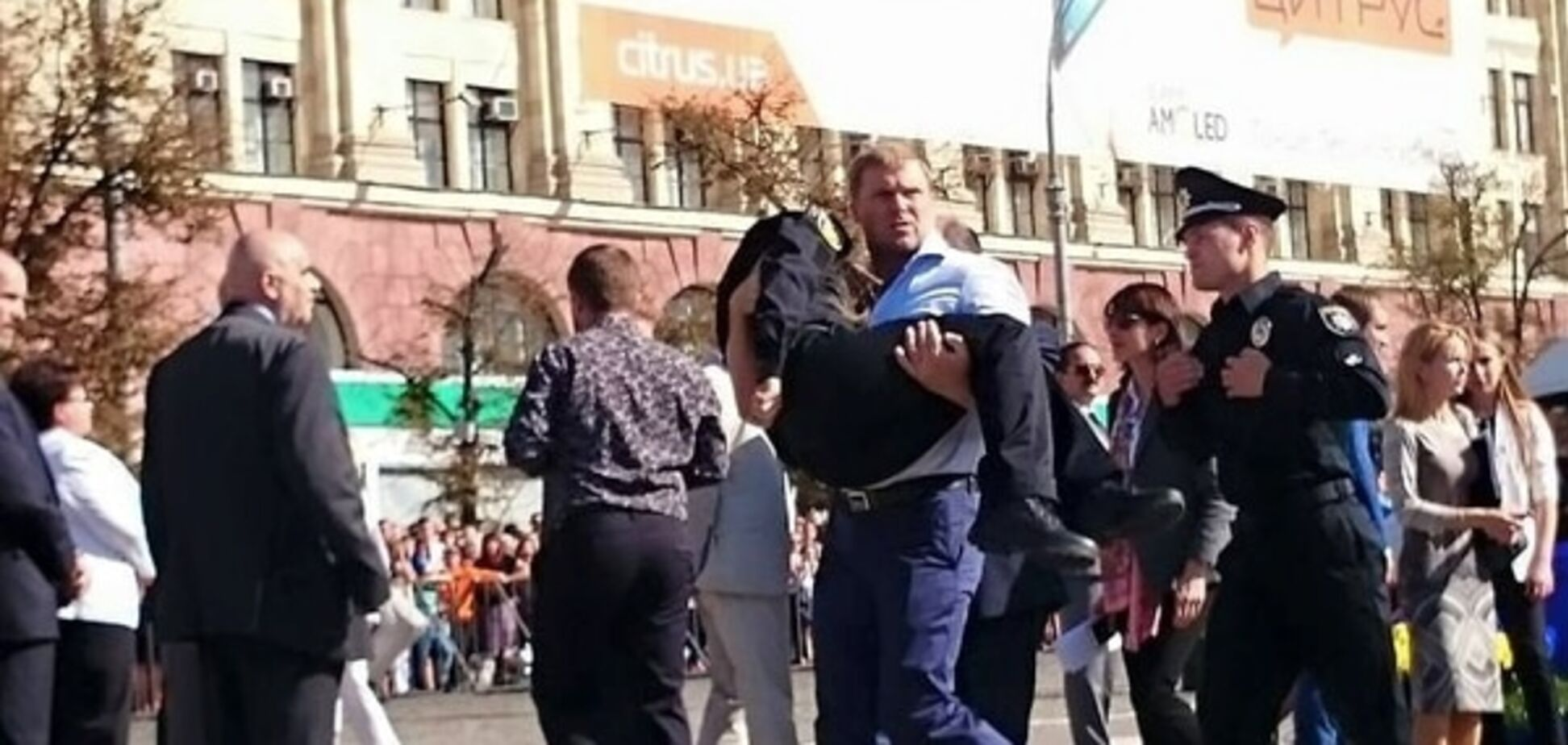 На присязі в Харкові поліцейська зомліла: опубліковані фото