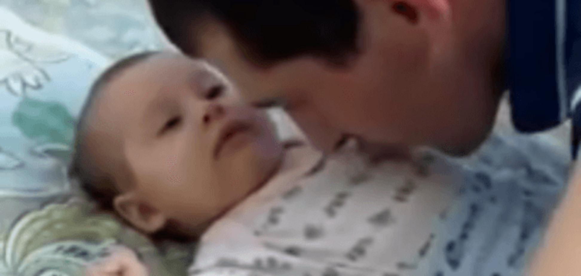 Волшебный поцелуй: сеть 'взорвало' видео с нежным папой и сонным малышом