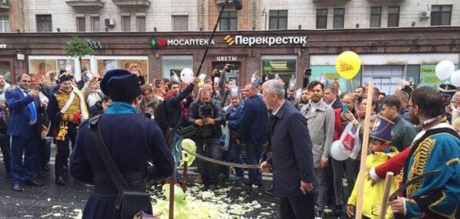 Москва под дождем и в 'лаптях' отмечает День города: фоторепортаж