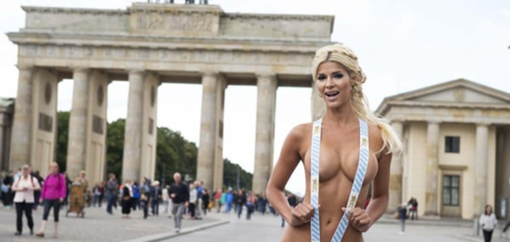 Немецкая модель голышом зазывала на кружку пива с сосиской: фотофакт