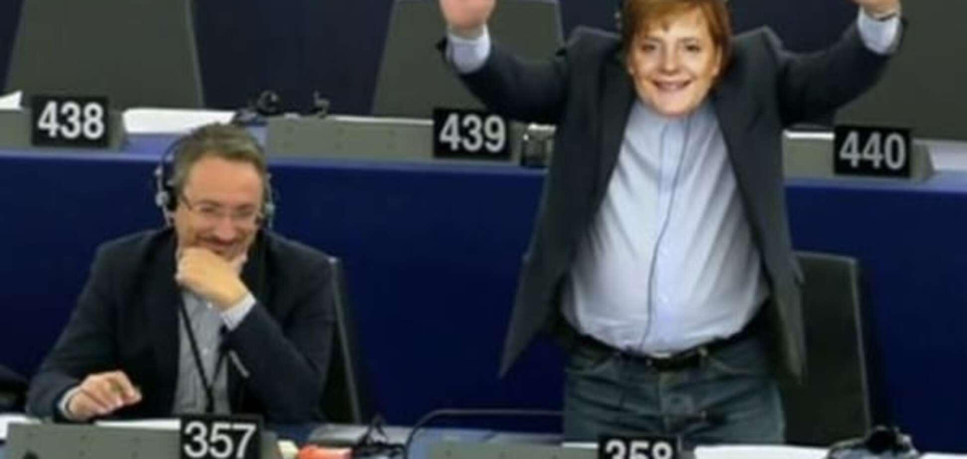 Маскарад по-европейски: евродепутата в маске Меркель выгнали с выступления Юнкера. Видеофакт