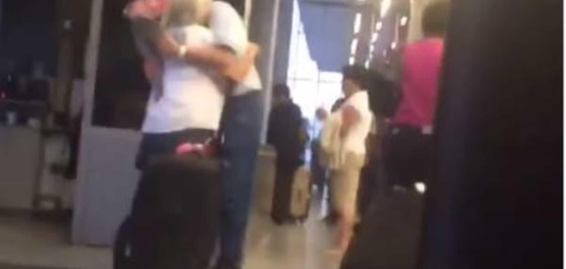 Интернет покоряет видео трогательной встречи пожилой пары
