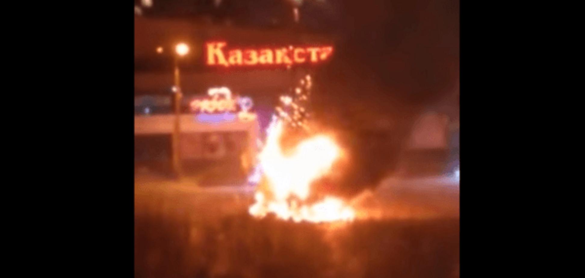 Ёлочка, гори! В Казахстане дотла сгорел главный новогодний символ страны: видеофакт