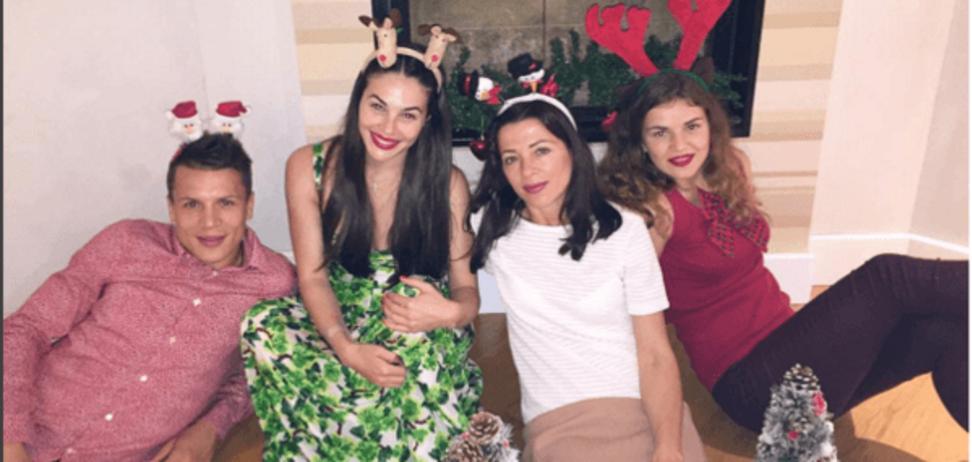 Три дівчини і роги. Коноплянка показав, як відзначав Новий рік: прикольні фото