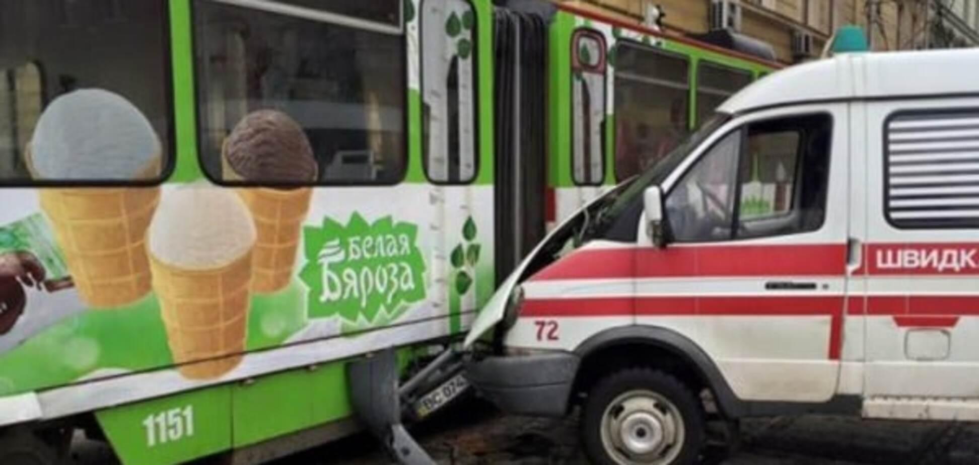Во Львове скорая протаранила трамвай: опубликованы фото