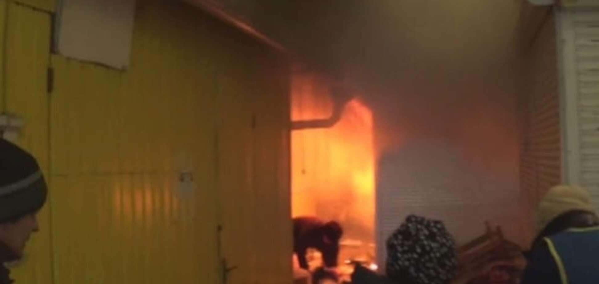 На Дніпропетровщині спалахнула страшна пожежа на ринку: відео з місця подій
